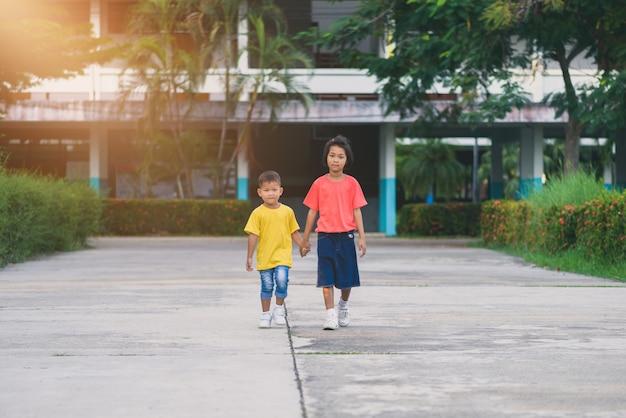Fratelli e sorelle camminano mano nella mano