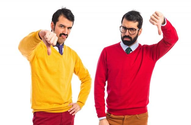 Fratelli gemelli che fanno un cattivo segnale