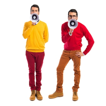 Fratelli gemelli gridando dal megafono