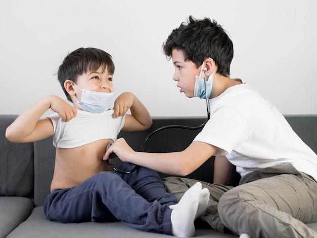 Fratelli giocando con lo stetoscopio