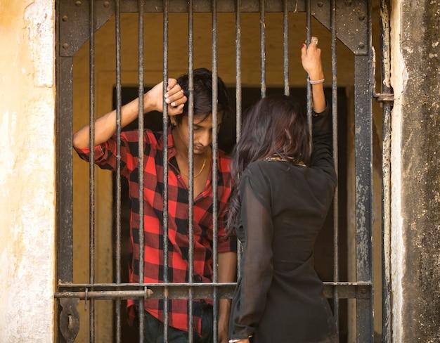 Fratello che guarda sua sorella in prigione