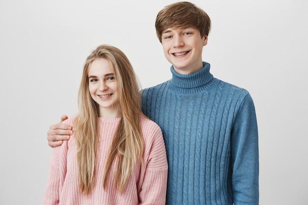 Fratello e sorella che abbraccia teneramente al chiuso.