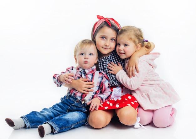 Fratello e sorella che abbracciano
