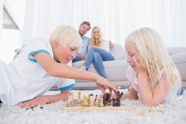 Fratello e sorella che giocano a scacchi