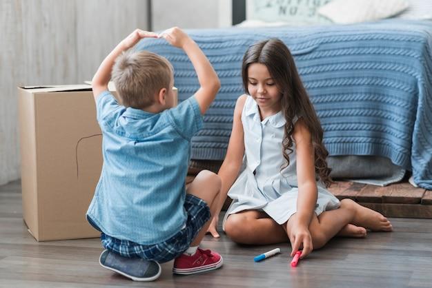 Fratello e sorella che giocano insieme nella camera da letto