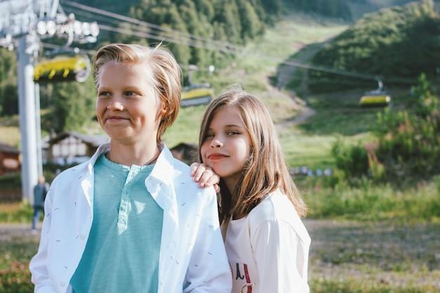 Fratello e sorella svegli sulla località di soggiorno di montagna