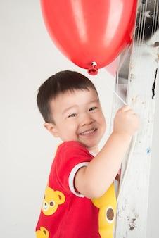 Fratello ragazzo con forma di cuore palloncino d'amore