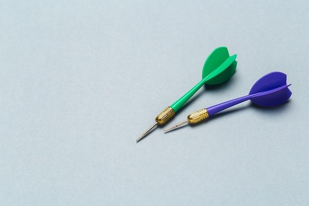Frecce blu e verdi delle freccette
