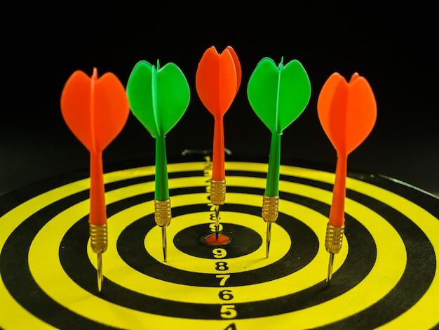 Frecce di dardi nel concetto di obiettivo di business di destinazione