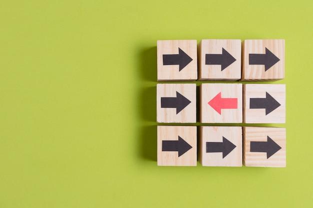 Frecce di direzioni diverse su sfondo verde con spazio di copia