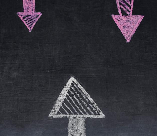 Frecce di gesso rosa e bianco