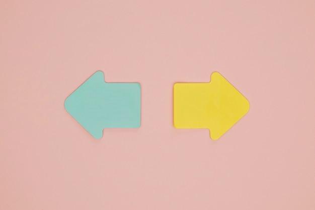 Frecce indicanti blu e gialle sveglie