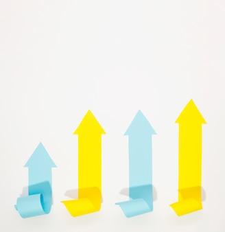 Frecce multicolori che indicano in su con lo spazio della copia