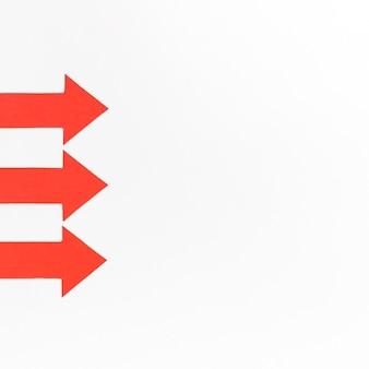 Frecce rosse allineate con copia-spazio
