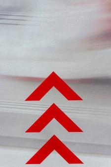 Frecce rosse sul fondo del mosso