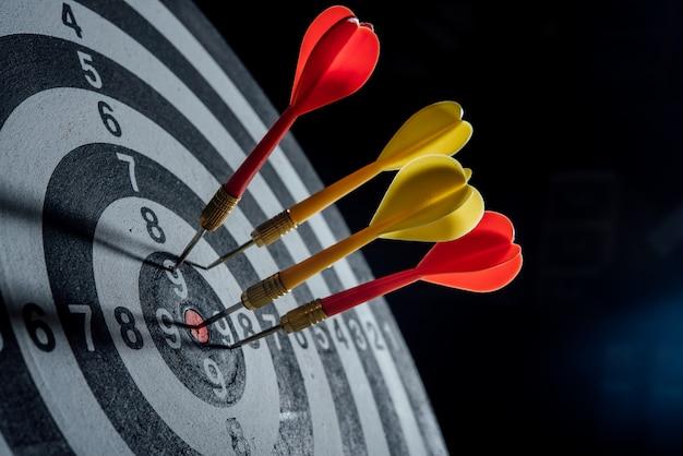 Freccette frecce nel concetto di business del centro di destinazione