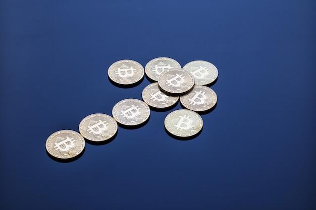 Freccia ascendente da monete di criptovaluta bitcoin