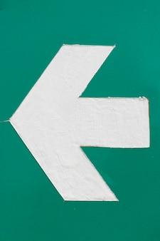 Freccia bianca del sottopassaggio su fondo verde