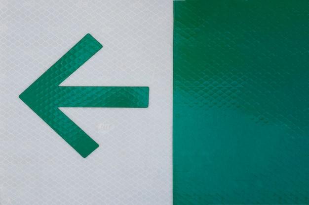 Freccia dell'ufficio su fondo grigio e verde