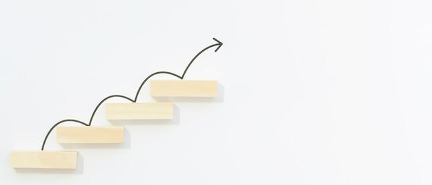 Freccia disegnata che rimbalza sui blocchi