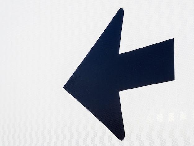 Freccia nera che punta a sinistra