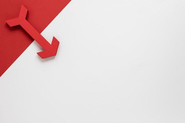 Freccia rossa e cartone di disposizione piana su fondo bianco con copia-spazio