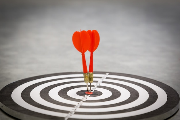 Freccia rossa freccia che colpisce nel centro dell'obiettivo.