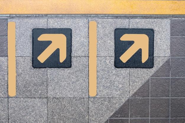 Freccia sul pavimento