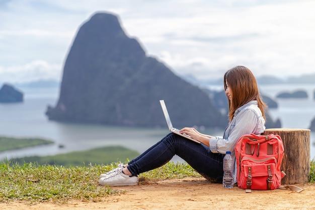 Free lance asiatiche della donna che lavorano con il computer portatile di tecnologia con l'azione di felicità a l fantastica