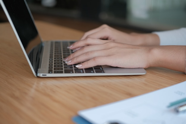 Free lance della donna di affari che lavorano con il computer. donna che analizza i dati. studente che studia facendo compiti