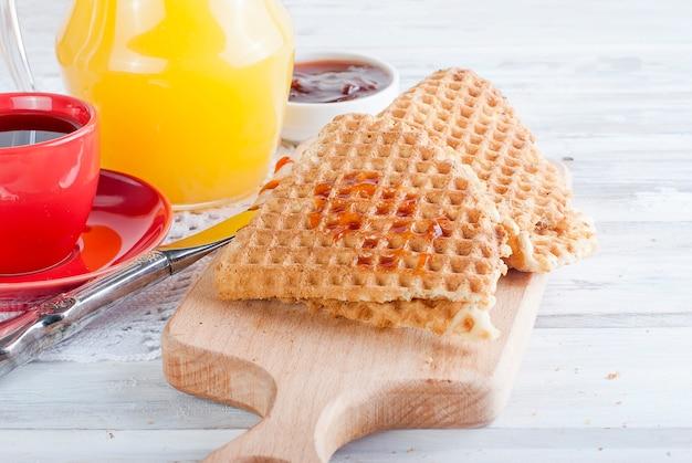 Fresca e gustosa colazione con waffle