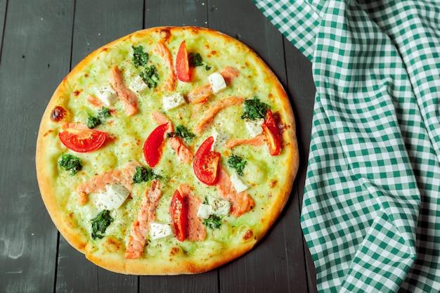 Fresca e gustosa pizza su legno