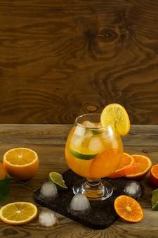Fresco cocktail di frutta sul tavolo di legno, posto per il testo