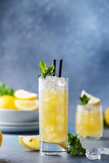 Fresco cocktail estivo con limoni