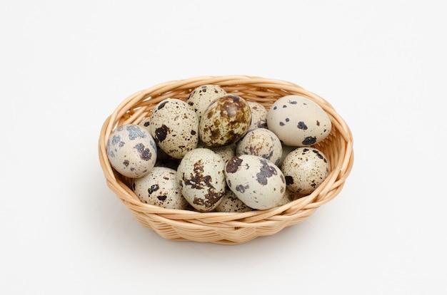 Fresco, fattoria, uova di quaglia crude su sfondo bianco. dieta proteica dieta sana.