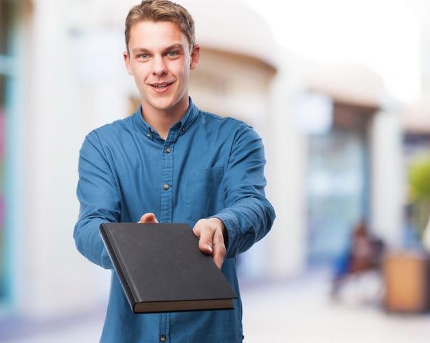 Fresco giovane-uomo con libro