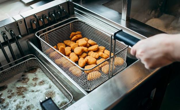 Friggitrici e grill, attrezzatura di un fast food
