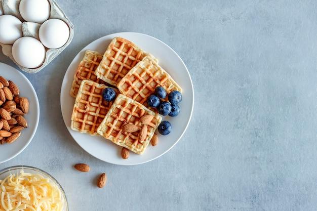 Fringuelli al mirtillo. waffle di uova e formaggio per la colazione. dieta keto. waffle al formaggio.