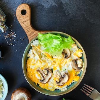 Frittata di uova fritte strapazzate con funghi