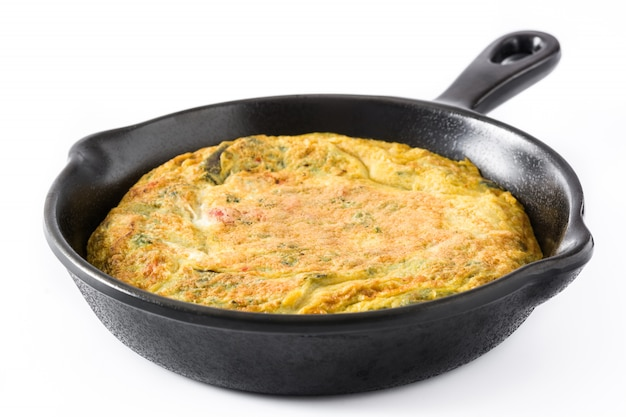 Frittata fatta di uova e verdure in una padella di ferro