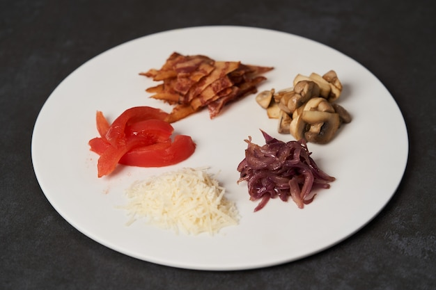 Frittata tradizionale colazione con pancetta, pomodori, funghi, cipolla