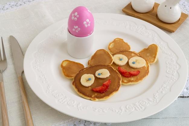Frittelle a forma di coniglietti e uova di pasqua.