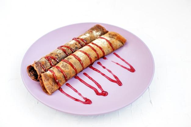 Frittelle al cioccolato con marmellata di frutta. il concetto di cibo, dessert