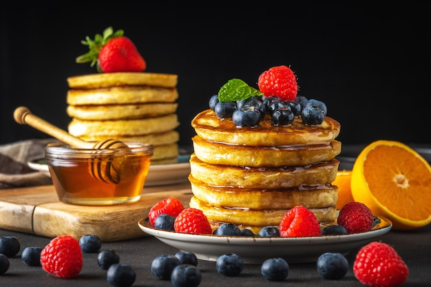 Frittelle con frutti di bosco freschi e miele