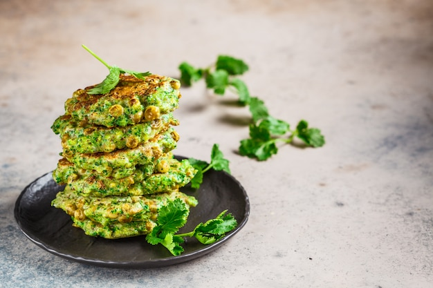 Frittelle di broccoli e piselli verdi, copia spazio. concetto di cibo sano vegan.