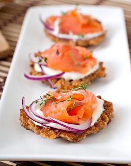 Frittelle di grano saraceno con salmone salato e panna acida