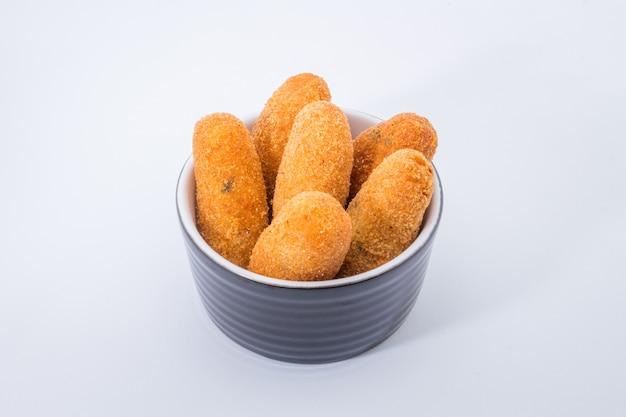 Frittelle di merluzzo o crostate di merluzzo, un antipasto tradizionale in portogallo su sfondo bianco