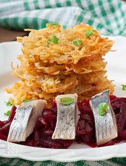 Frittelle di patate profumate e aringhe con barbabietola rossa