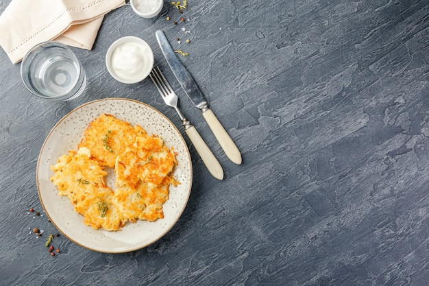 Frittelle di patate saltate in padella - rosti, kartoffelpuffer, latkes, draniki, hash browns
