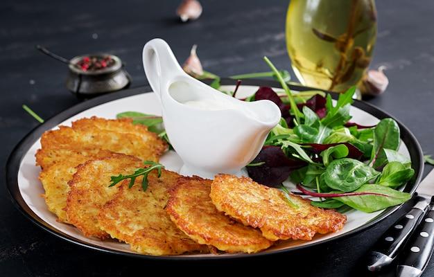 Frittelle di patate servite con panna acida